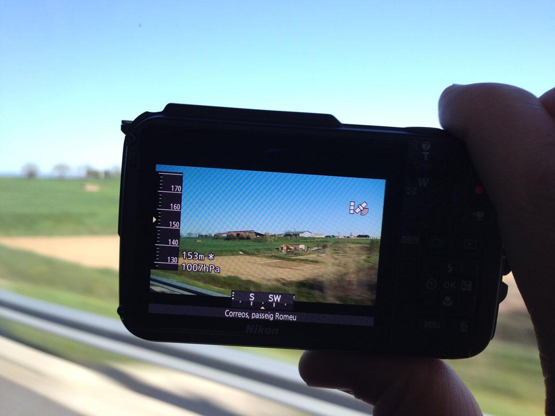 L'appareil photo numérique Nikon Coolpix AW110 indiquant des informations géographiques