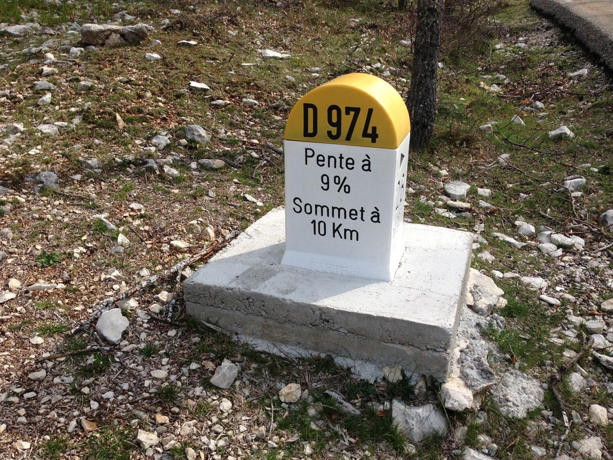 Borne kilomètrique à 10 km du Mont Ventoux.