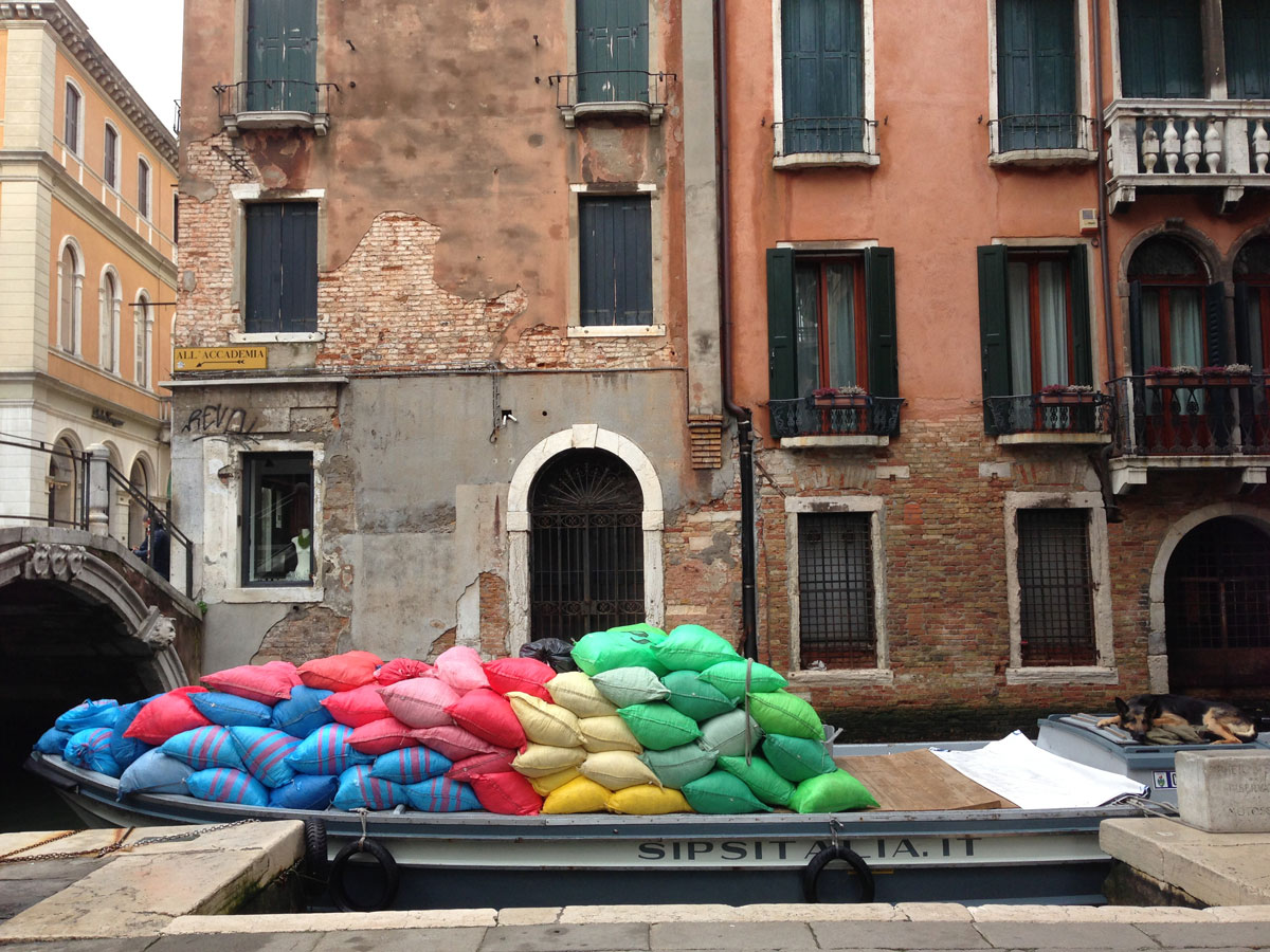 Sacs colorés sur un bâteau, Venise 20 03 2013. Ph. Moctar KANE.
