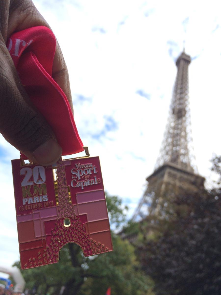 La médaille du 20 km de Paris remise après la course, Paris 13 10 2013, Ph. Moctar KANE.