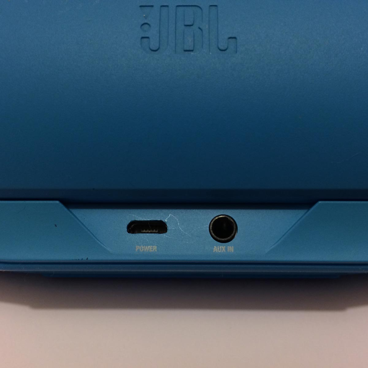 L'enceinte Bluetooth JBL Charge : les prises micro USB et jack audio à l'arrière. Ph. Moctar KANE.