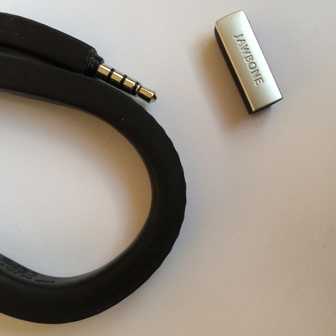 Le bracelet capteur d'activité Jawbone UP avec sa prise jack. Ph. Moctar KANE.