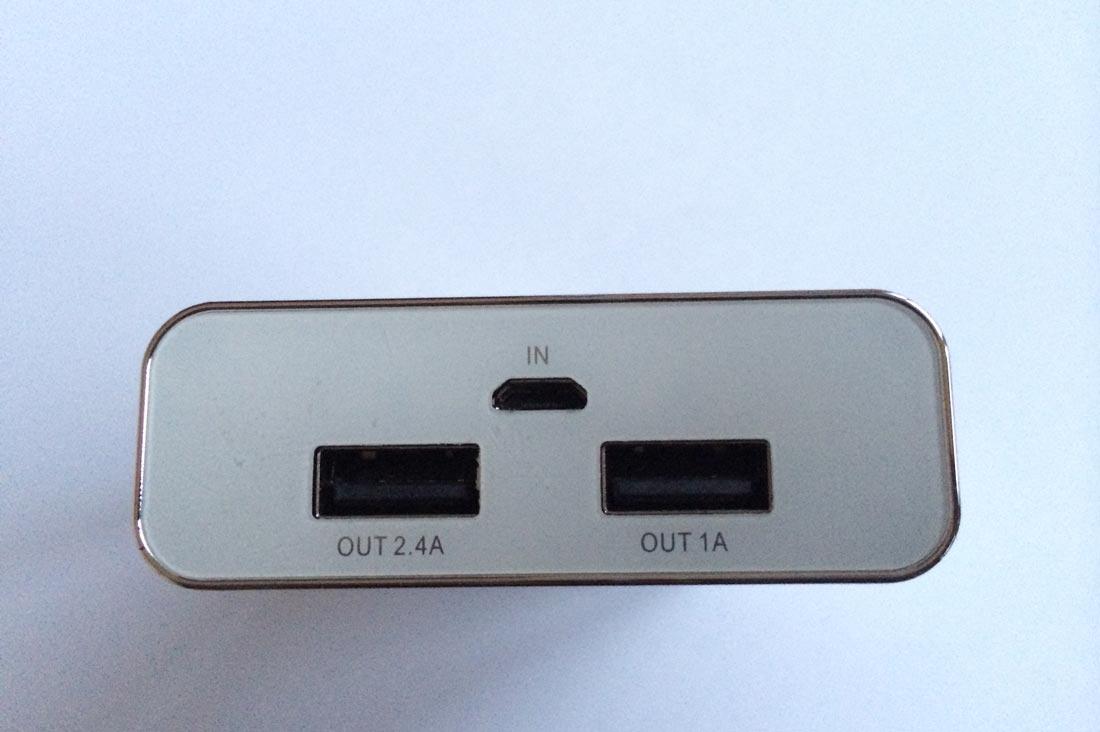 Le chargeur PNY PowerPack 7800 mAh : ses deux prises USB de sortie et celle pour sa recharge. Ph. Moctar KANE.