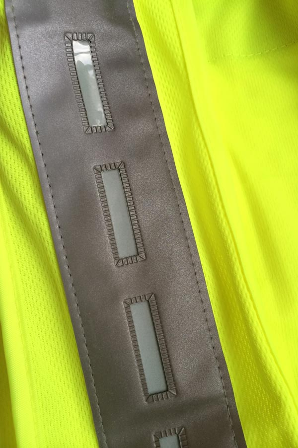 Gilet de signalisation Uglow U-Road avec ses rectangles électroluminescents, Ph. Moctar KANE.