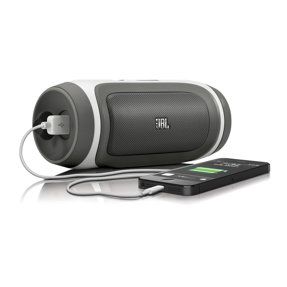 L'enceinte Bluetooth JBL Charge en mode recharge via la prise USB