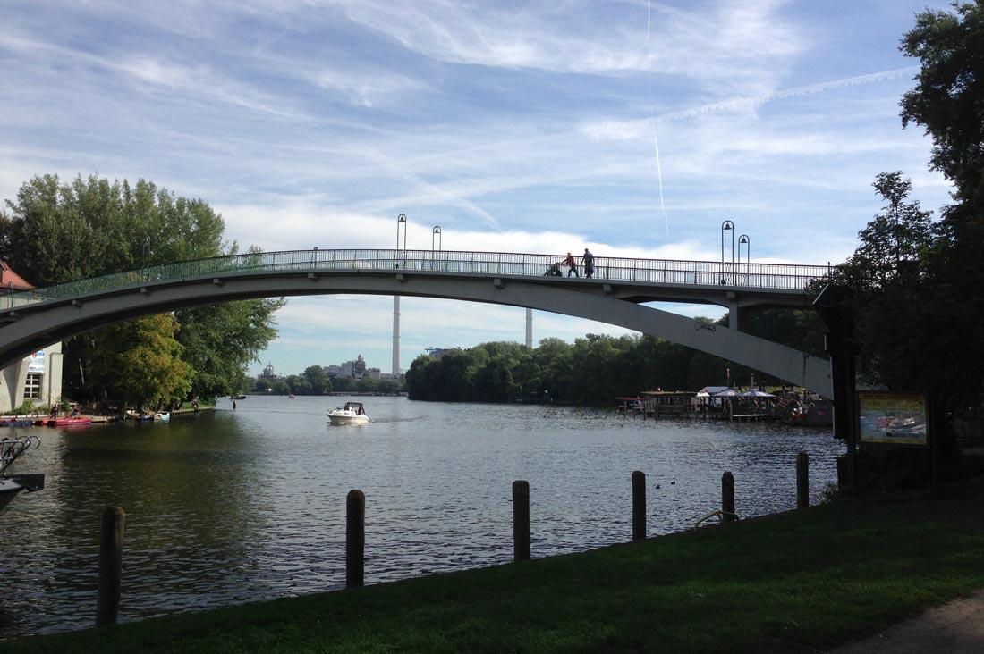 Le pont Abbey Bridge menant à l'île Insel der Jugend, Treptower Park, Berlin, 09 2013. Ph. Moctar KANE.