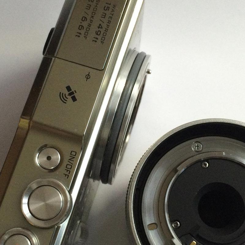 Le Nikon 1 AW1 et le joint torique assurant l'herméticité avec l'optique. Ph. Moctar KANE.