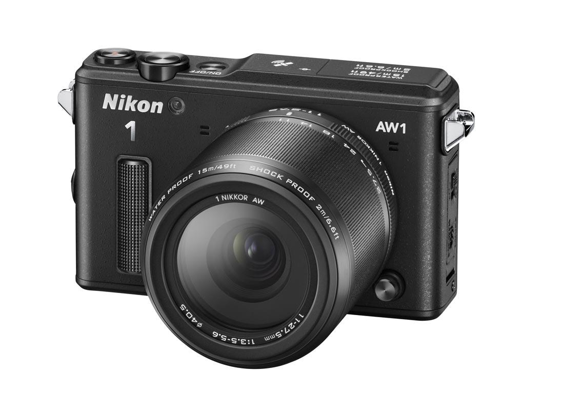 L'APN hybride waterproof et anti-choc Nikon 1 AW1 en version noir. Ph. Moctar KANE.