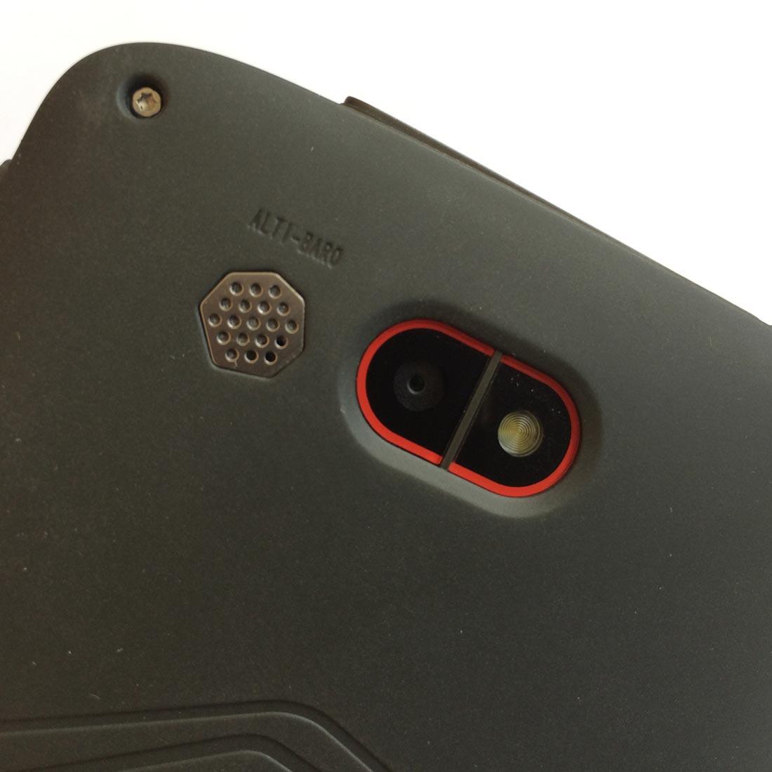 Le smartphone Quechua Phone 5 : son alti-baromètre au dos. Ph. Moctar KANE.