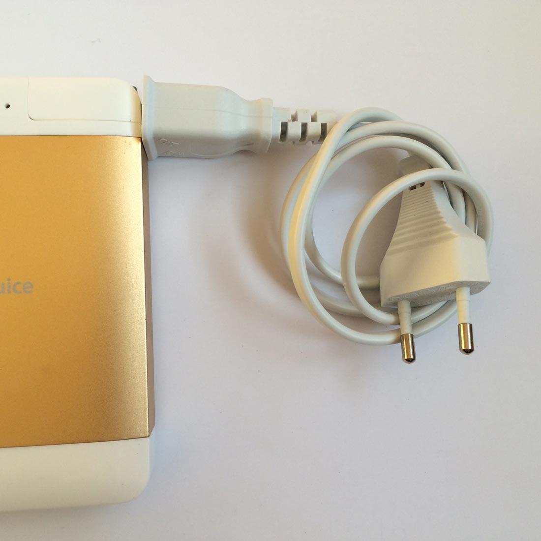 La batterie autonome HyperJuice Plug P10 et sa prise de courant adaptateur. Ph. Moctar KANE.