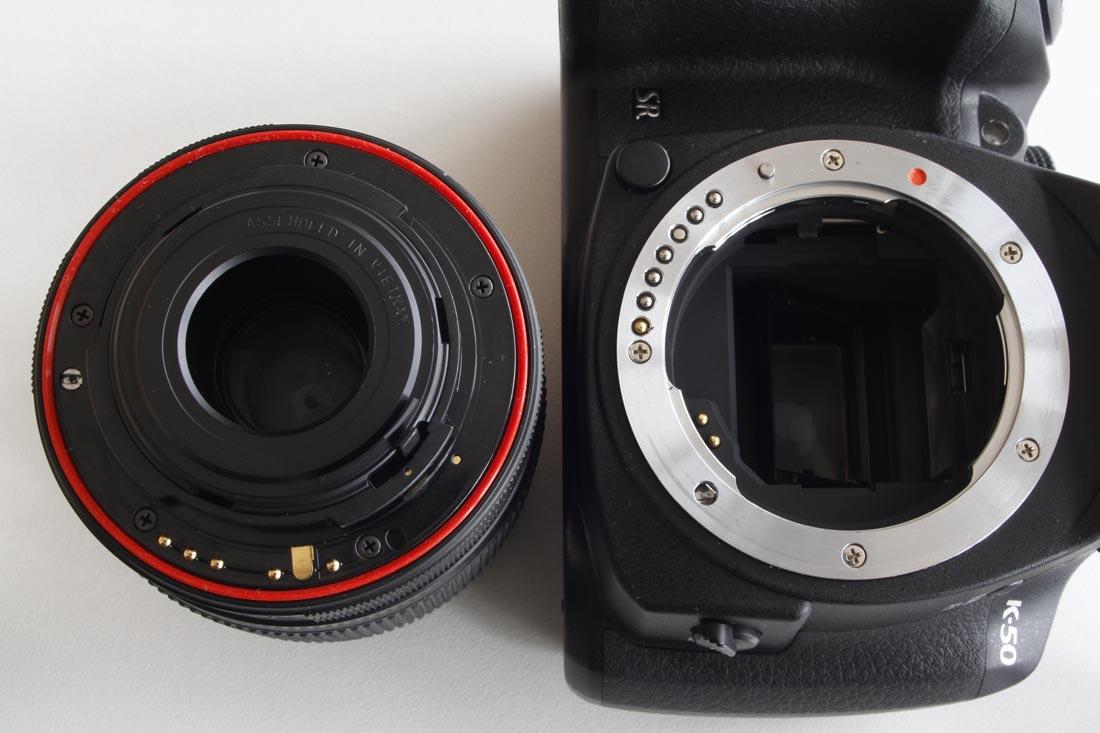 Le reflex tropicalisé Pentax K-50 et le zoom standard 18-55 mm pourvu d'un joint d'étanchéité.