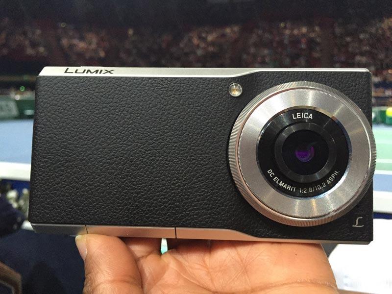 Le smartphone Panasonic Lumix DMC-CM1. Ph. Moctar KANE.