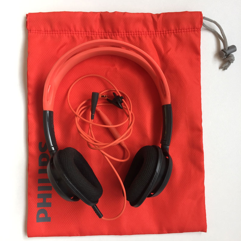 Le casque de sport Philips ActionFit SHQ5200 avec sa housse de transport, Ph. Moctar KANE.