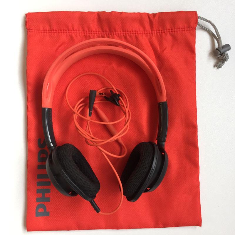 Le casque de sport Philips ActionFit SHQ5200 avec sa housse de transport, Ph. Moctar KANE.