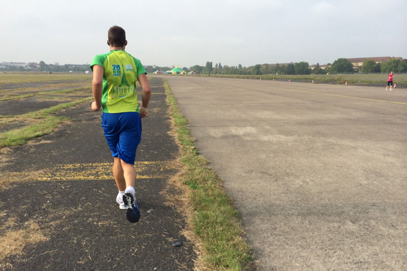 Un coureur avec le maillot des 20 KM de Paris, Tempelhofer Park, ancien aéroport, Berlin 2014, Ph. Moctar KANE.