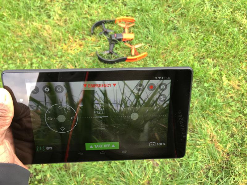 Le drone Parrot Bebop, piloté ici avec une tablette Android, Ph. Moctar KANE.
