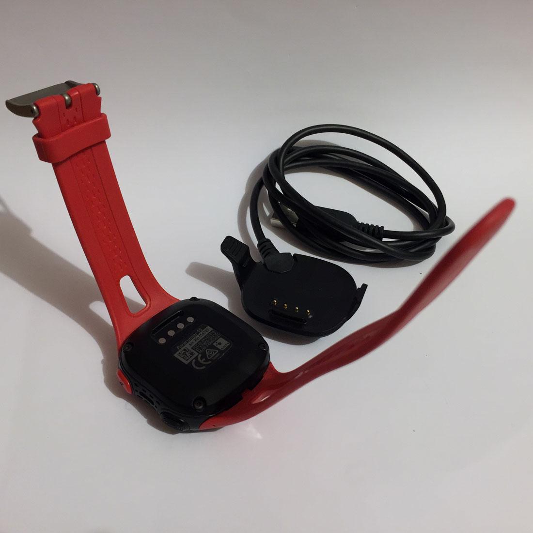 Le câble USB utilisé pour recharger et transférer les données de la montre GPS de running Garmin Forerunner 15. Ph. Moctar KANE.