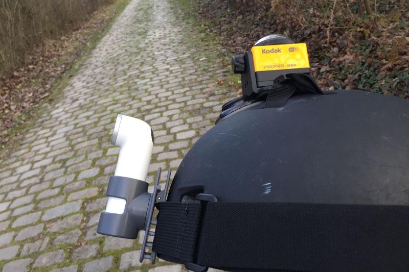 La caméra d'action HTC RE fixée à un casque, Ph. Moctar KANE.