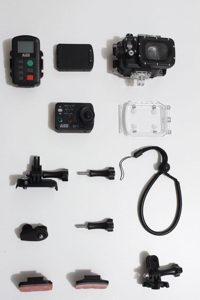 La caméra d'action PNJ AEE S71 avec divers accessoires dont la télécommande non livrée de base, 2014, Ph. Moctar KANE.