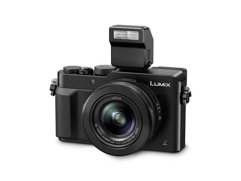 L'appareil photo numérique Panasonic Lumix DMC-LX100 et son flash amovible fourni.