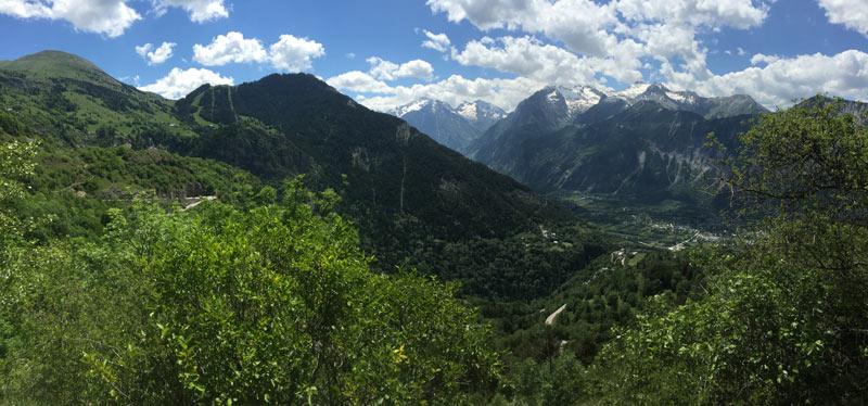 Vue de la vallée, au km 7 de l'ascension vers l'Alpe d'Huez, 02 06 2015, Ph. Moctar KANE.