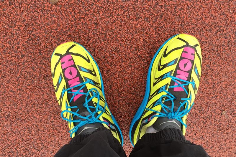 Les chaussures de running trail Hoka One One Speedgoat, sur la piste d'un stade, 2015, Ph. Moctar KANE.