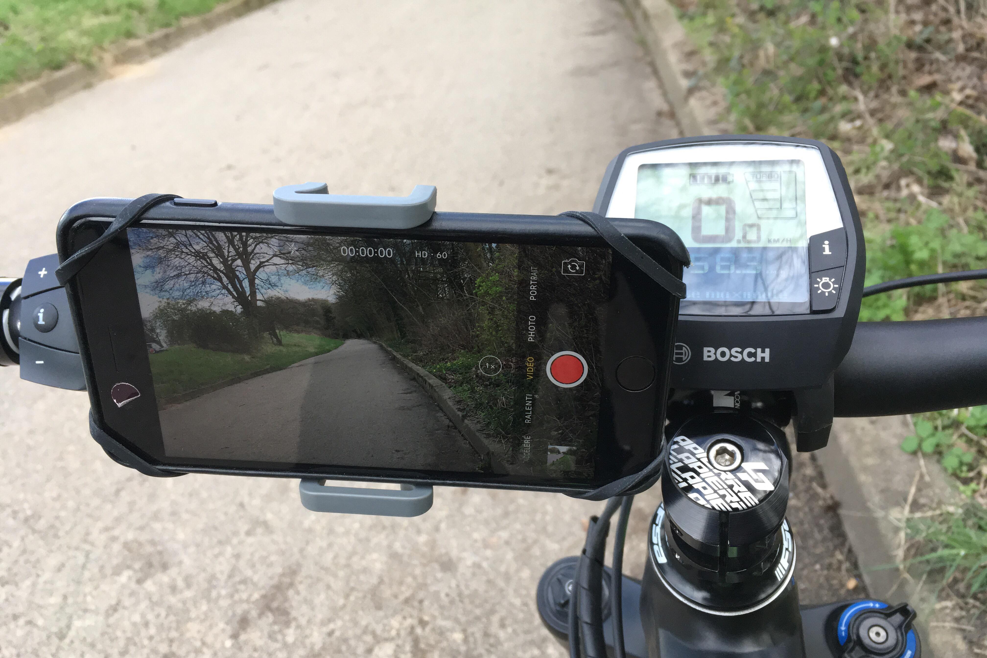 Le support vélo pour smartphone PNY Expand Bike Mount fixé sur un vélo, 03 2017, Ph. Moctar KANE.