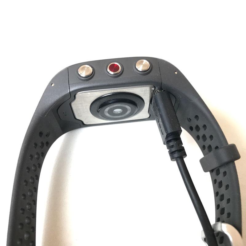 Montre de sport GPS avec cardio intégré Polar M430, ici avec sa prise, 05 2017, Ph. Moctar KANE.