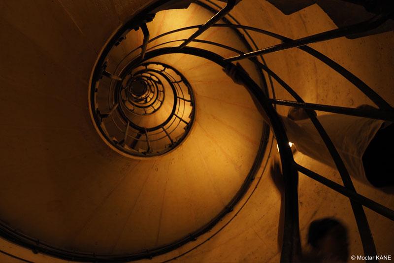 Escalier de l'Arc de Triomphe, photographié avec l'Olympus OM-D E-M1 Mark II, Paris, 2017, Ph. Moctar KANE.