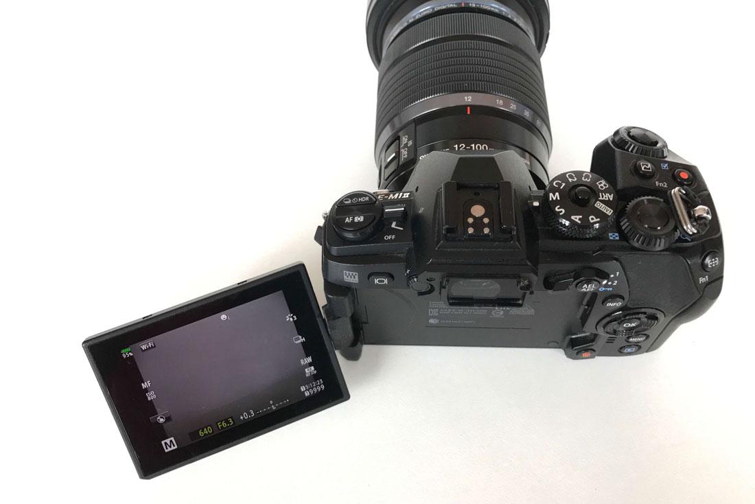 L'appareil photo numérique hybride Olympus OM-D E-M1 Mark II avec son écran pivotant, 2017 Ph. Moctar KANE.