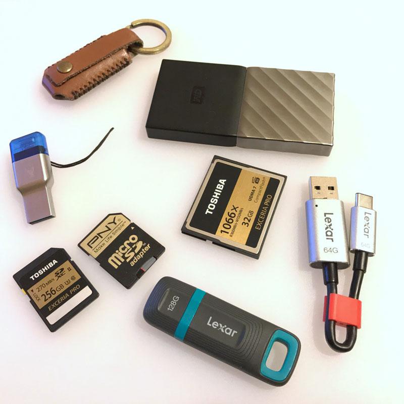 Les clés ADAM Elements iKlips DUO+ et Lexar JumpDrive C20c, le lecteur Kingston MobileLite Duo 3C, les cartes TOSHIBA Exceria Pro 256 Go SD XC II, PNY Elite Performance micro SD et Toshiba CF UDMA 7 1066x, la clé USB Lexar Jumpdrive Tough et le mini disque WD My Passport SSD.