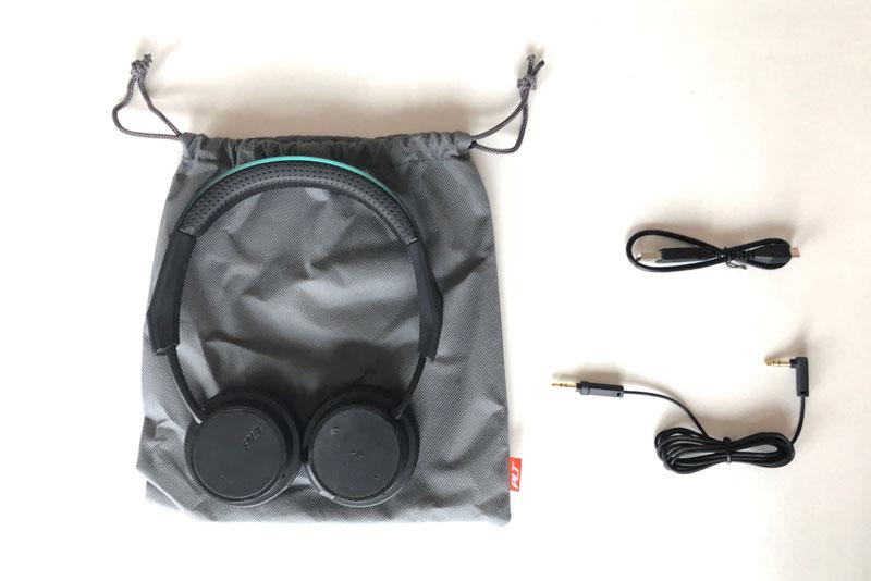 Le casque Plantronics BackBeat FIT 500 et les accessoires fournis, 2018, Ph. Moctar KANE.