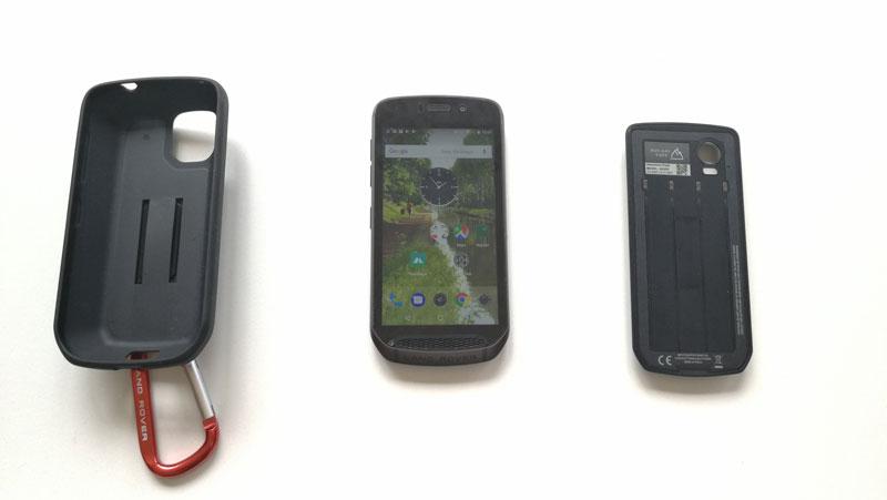 Smartphone outdoor Land Rover Explore, sa batterie externe et sa coque, 2018, Ph. Moctar KANE.
