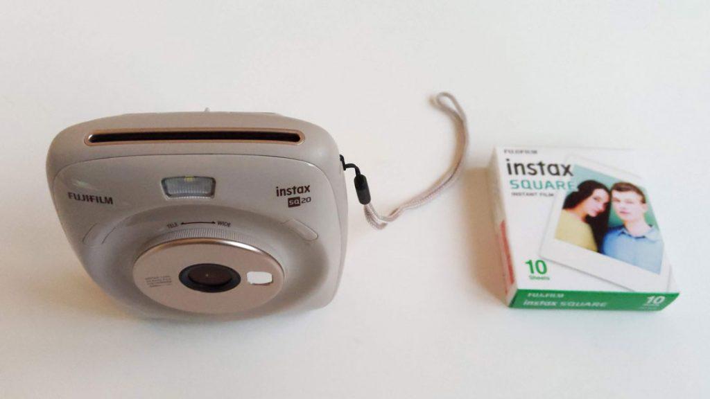 L'appareil photo instantanée Fujifilm Square SQ20 avec son pack de papiers, 2018, Ph. Moctar KANE.