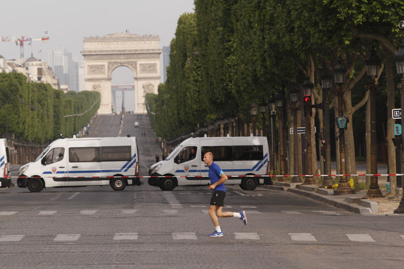 Course à pied, au bas des Champs-Elysées, pendant le confinement, fermés durant les célébrations du 08 Mai, Paris, 08 05 2020, Ph. Moctar KANE.