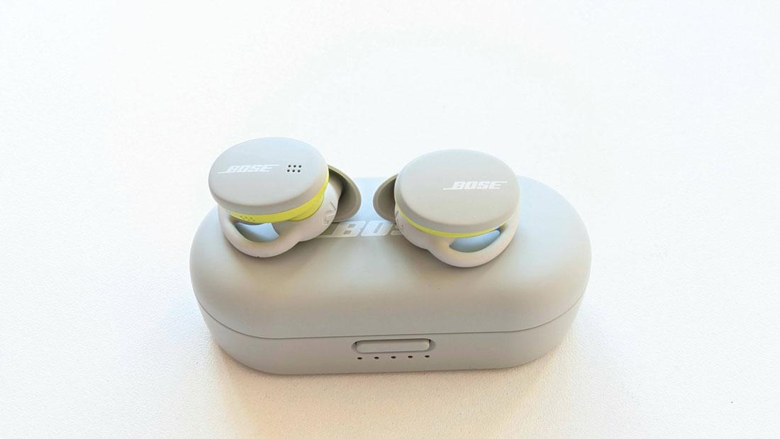 Écouteurs intras de sport sans fil Bose Sport Earbuds au-dessus de leur boîte, 2021, Ph. Moctar KANE.
